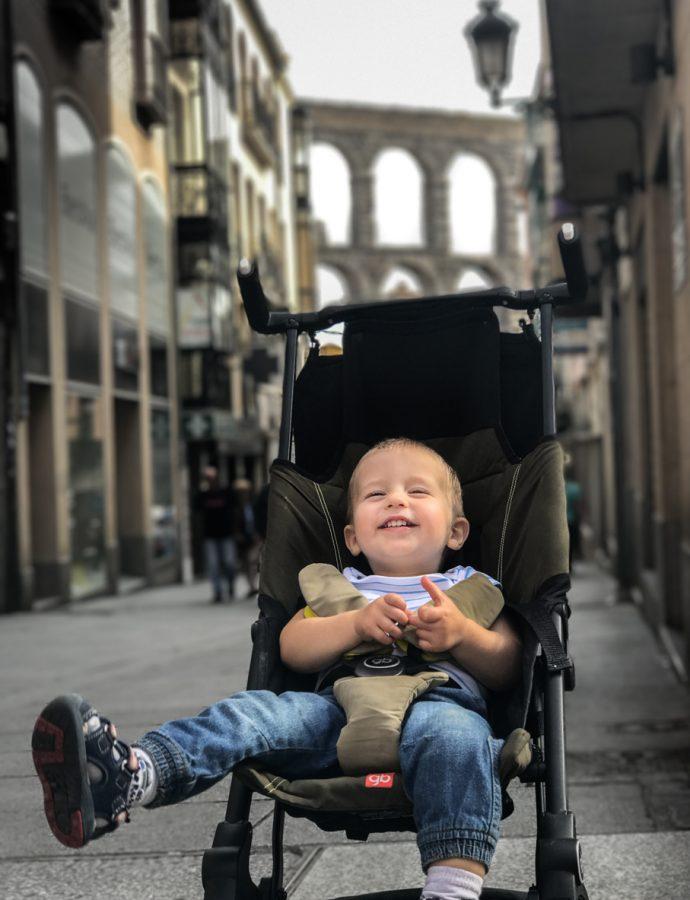 10 accesorii de care ai nevoie când călătorești cu un copil mic